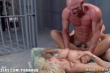 Zijn sensueel levenspartner penetreert de gevangene tegenover hem