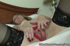 Mature masturberende vrouw ontvangst een hoogtepunt