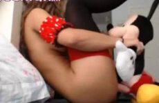 Tiener meisje geneukt door Mickey Mouse