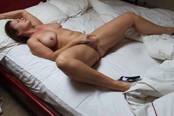 Met haar stelten wijd vingert de moeder totdat zij een orgasme krijgt