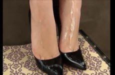 Cum over haar wulps voetjes in hoge hakken