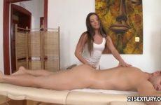 Hij ontvangst een sensuele massage met een happy end