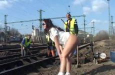 Zij flashed haar naakte gleuf bij spoorwegwerkers