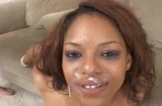 Twee blanke lullen spuiten de negerin vol sperma