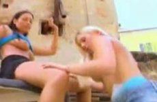 Meisjes likken elkaars tietjes