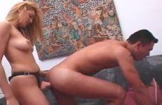 Zij word gebeft pijpt hem waarna hij de voorbind dildo pijpt en er door anal geneukt word