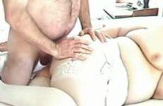Steeds harder en dieper neukt hij haar in haar vette kont