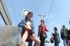 Kinky schoolmeisje staat te plassen in het openbaar