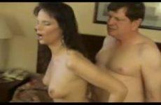 Zittend op de vibrerende machine neukt hij haar anal