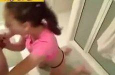 Tiener meisje pijpt haar vriendje klaar