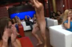 Naakte mannelijke strippers laten hun piemels zwieren en zuigen