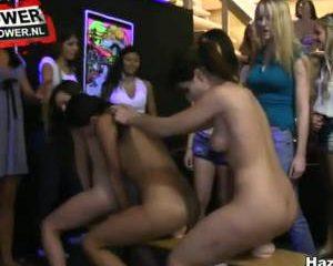 De eerste jaars meiden wippen in een rij op de grote dildo