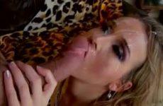 Een sperma douche op haar mooie gezicht