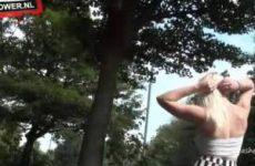 Blondine vingert haar kut in het op de openbare weg