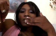 Genietend mastubeerd de Ebony haar zwarte kut