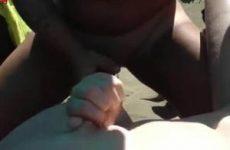 Rijpe dikke slet laat haar tieten door vreemde man onder spuiten op het naaktstrand