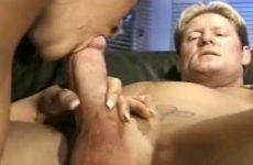 Hij beft haar zij pijpt hem en neemt haar mond vol sperma