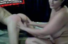 De dikke lesbo vingert de magere lesbo voor de webcam
