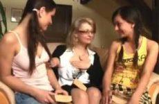 Een lesbische trio sex met twee tiener meisje en een oudere dame